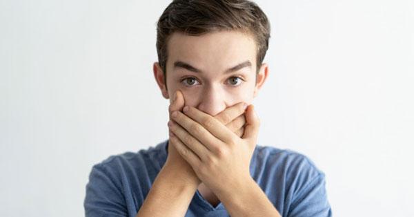rossz lehelet és ínybetegség szájszagot okozhat. birkózás